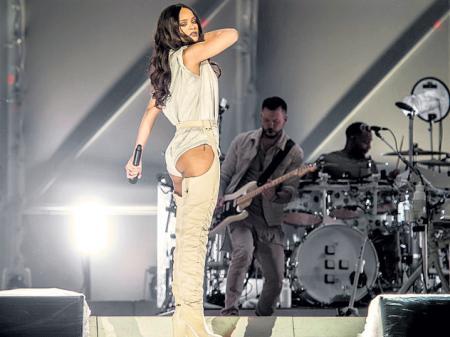 Рианна появилась на концерте в необычном имидже